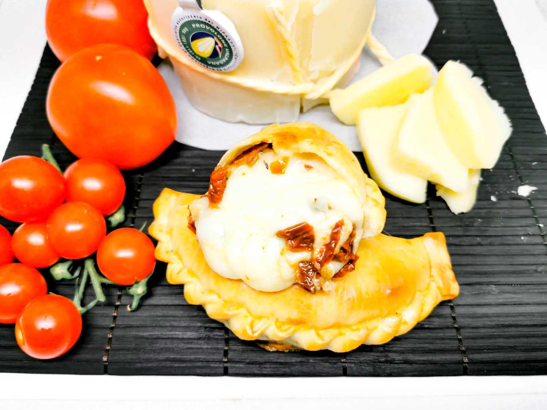 Empanada de provolone y tomate seco rehidratado