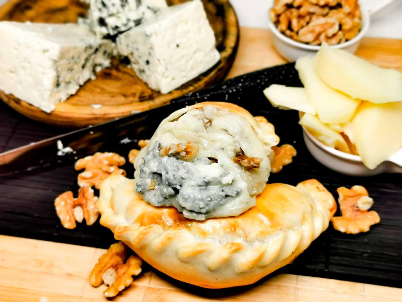 Empanada de queso azul, mozzarella y nueces